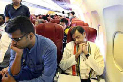 Shashi-Tharoor-in-Economy-class