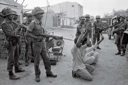 Army men round up Hashimpura locals, 22 May 1987