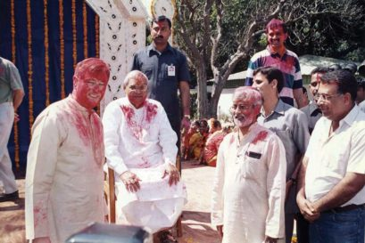 Larry Pressler (left) with Atal Bihari Vajpayee at a Holi celebration in 1999