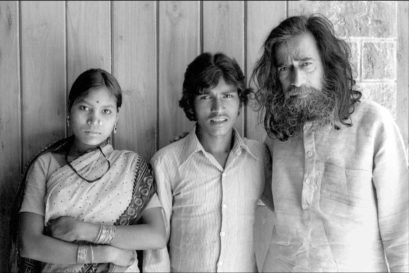 Jangarh Singh Shyam (middle) with by his wife Nankusia Shyam and mentor J Swaminathan in Bhopal, 1982