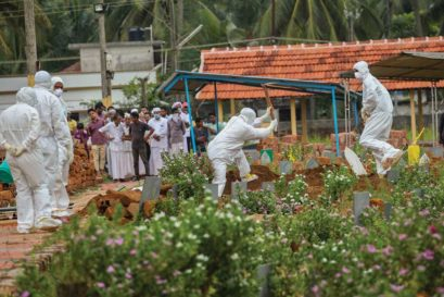 Relatives and hospital officials perform the last rites of a Nipah victim in Kozhikode on May 24
