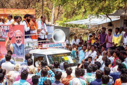 Y Devendrappa and B Sriramulu at a roadshow in Chilakanahatti, Ballari